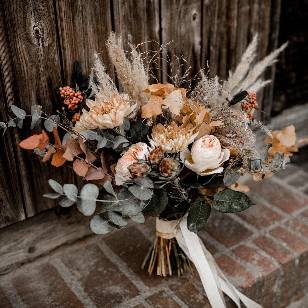"""KATHI & CHRIS Photography on Instagram: """"Wir lieben diesen wunderschönen herbstlichen Strauß von @runo_blumen . Sind es nicht einfach tolle Farben? #autumnbouquet #bridalbouquet…"""" #flowerbouquetwedding"""