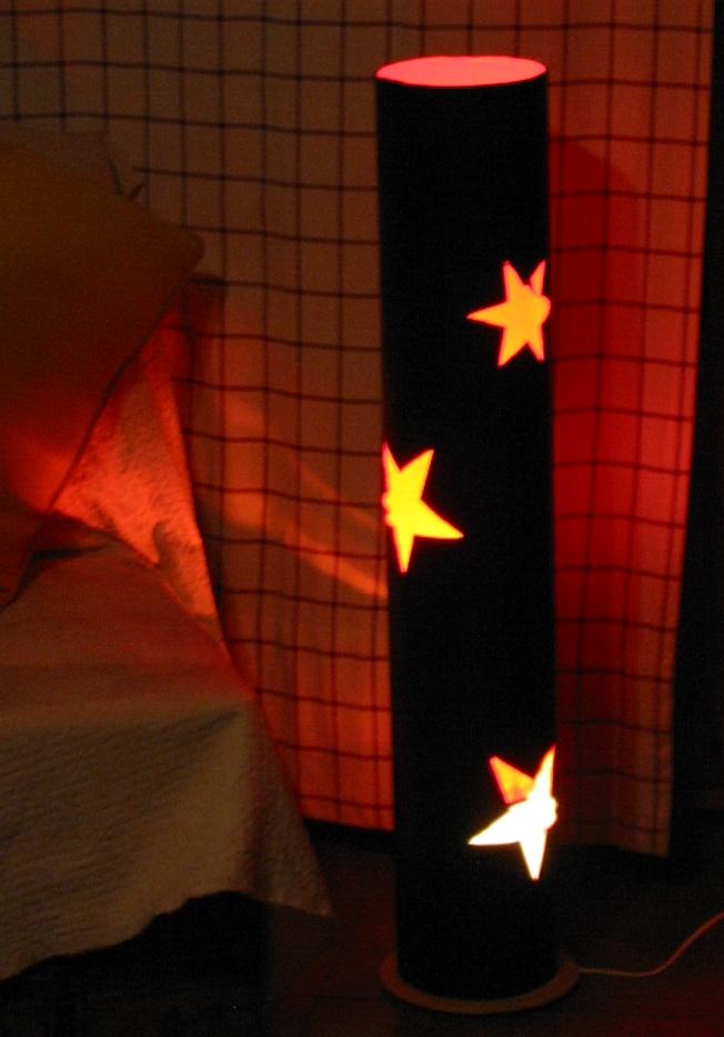 Lámpara hecha con tubo de cartón reutilizado