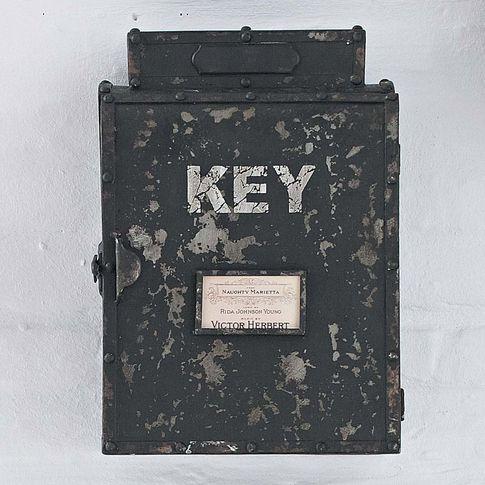 Schlüsselkasten http://www.impressionen.de/shop/produkt/schluesselkasten/5736730?query=Schl%C3%BCsselkasten&sortScore=desc&seoPath=/schluesselkasten/q&origPos=1&pos=8&origPageSize=9&pager=true&page=1