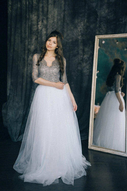 Wunderschönes Brautkleid aus weißem Tüll und grauer Spitze im Boho ...