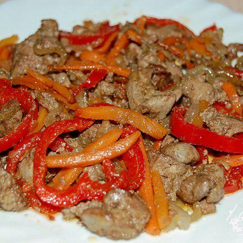Теплый салат из куриной печени с болгарским перцем ...