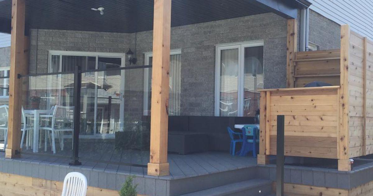 Construction d\u0027un patio avec toit et rampe de verre Home decor en