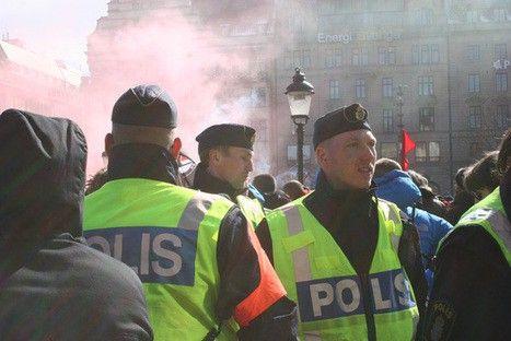 "LiveLeak.com - Swedish police beaten up in ""Muslim area"""