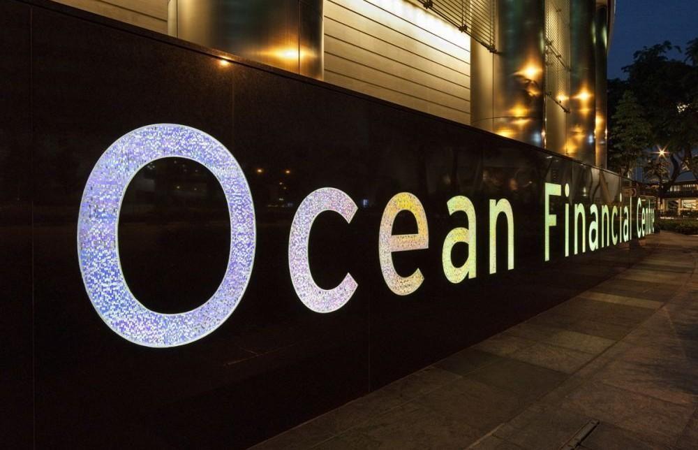 Localizado no coração da zona empresarial central de Singapura, o Ocean Financial Centre recebeu projeto de sinalização do escritório norte americano Calori & Vanden-Eynden. Um elementoemgran…