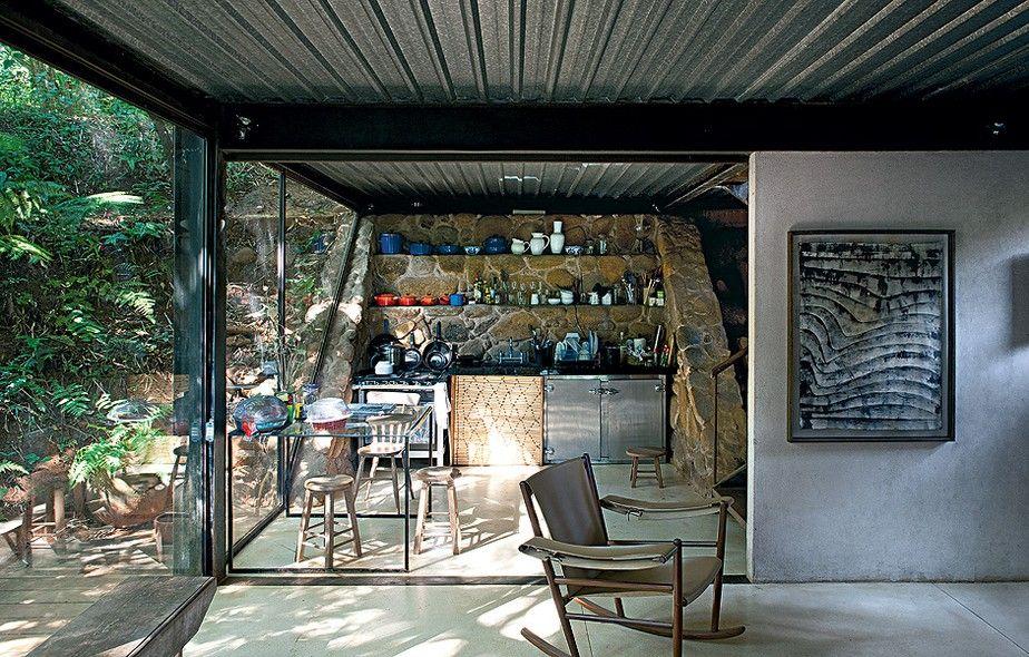 Incrustada na mata de Itanhangá, no Rio de Janeiro, a casa do artista e arquiteto Mário Fraga é iluminada com painéis de vidro e palha