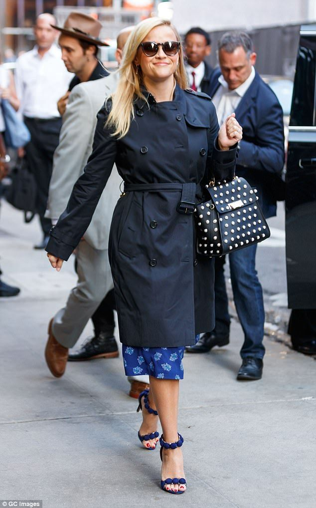 Reese Witherspoon Gets A Cooler Of Popcorn On Her Head My Style