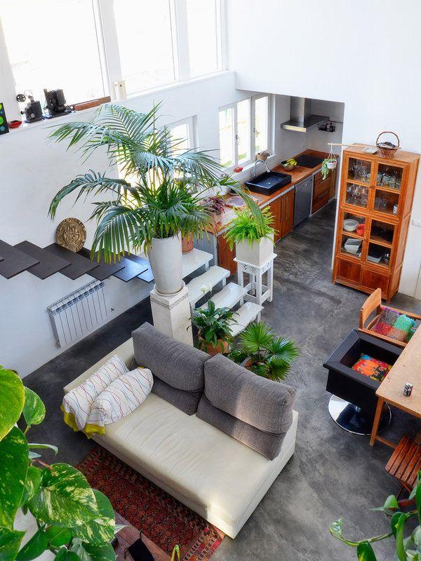 una casa decorada con muebles antiguos y muchas plantas