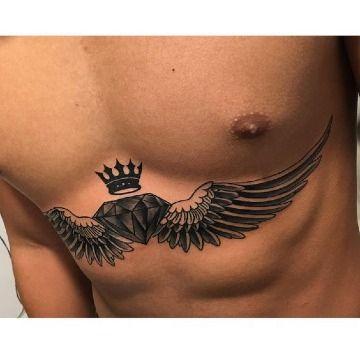 tatuajes de diamantes con alas en el pecho
