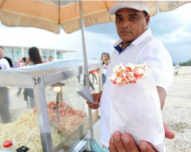 Pipoca Doce e Salgada. | 14 comidas de rua que são a cara do Brasil