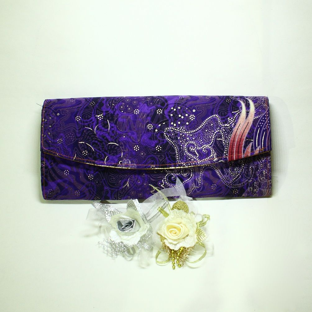 Material batik fabric. Available in various motifs and colors. Dimension 26x10x4 cm.
