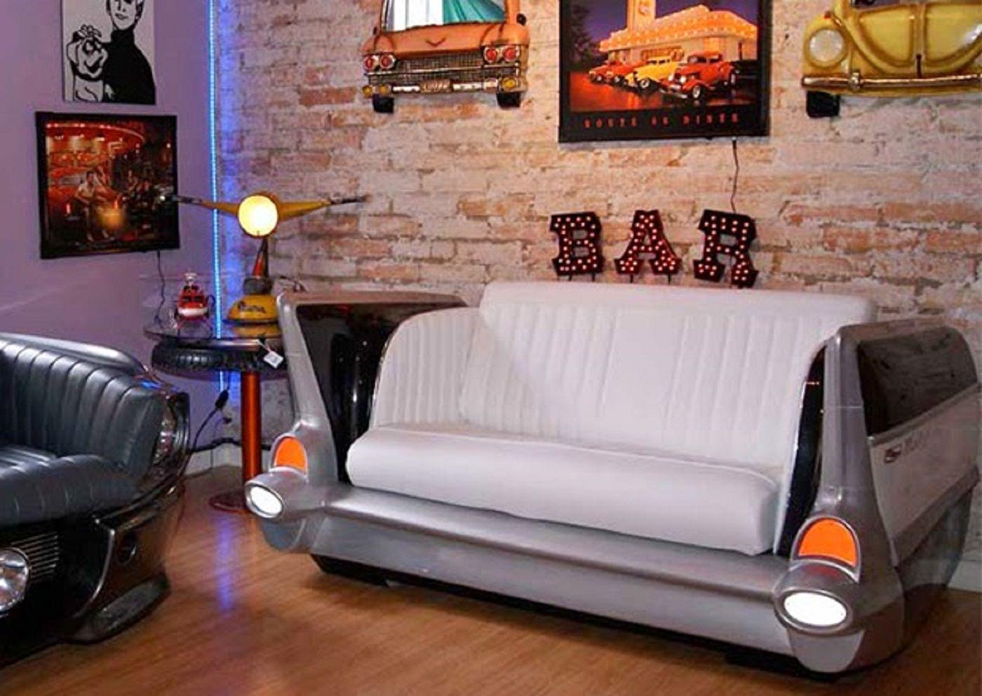 Para os amantes de carros e decoração, nada melhor que adquirir um sofá de carros antigos. http://www.devoltaaoretro.com.br/2014/12/sofas-feitos-com-partes-de-carros.html