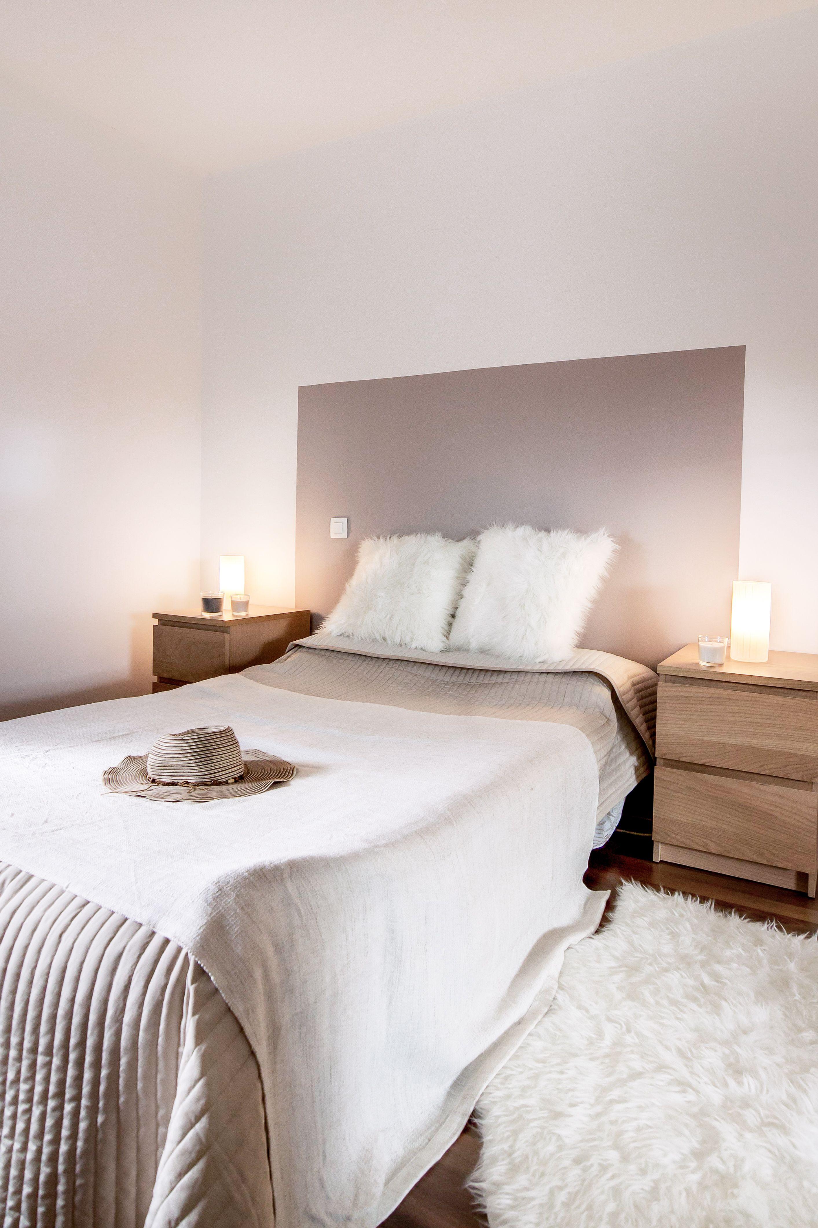 chambre decoration taupe et blanc beige bois diy tete de lit peinture chambre cocooning cosy tapis et coussin fourrure ikea