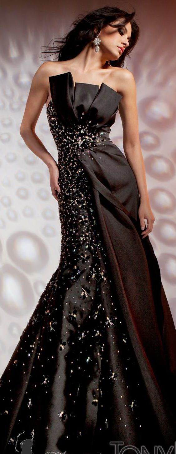 Tony bowls via ladyluxury juadoreu i love the cut of the dress
