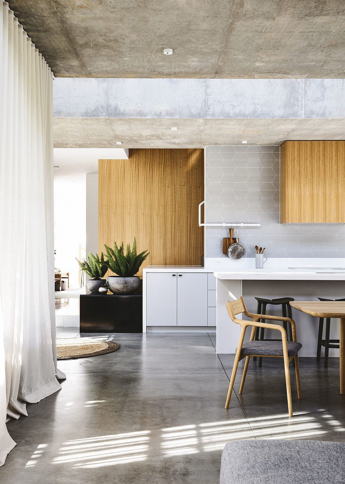 10 Concrete Ceilings That Steal The Show In Modern Homes Kitchen Interior Interior Moving House