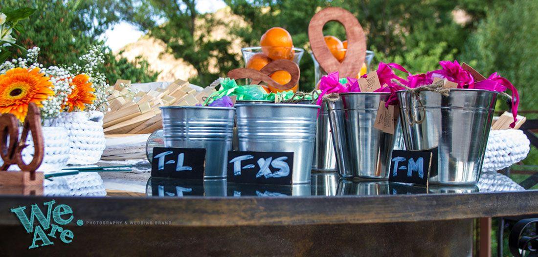 Mesa de Bienvenida con abanicos, arroz y confetti, y complementos de mujer. Diseño de bodas. Personalización de bodas. Bodas de diseño.