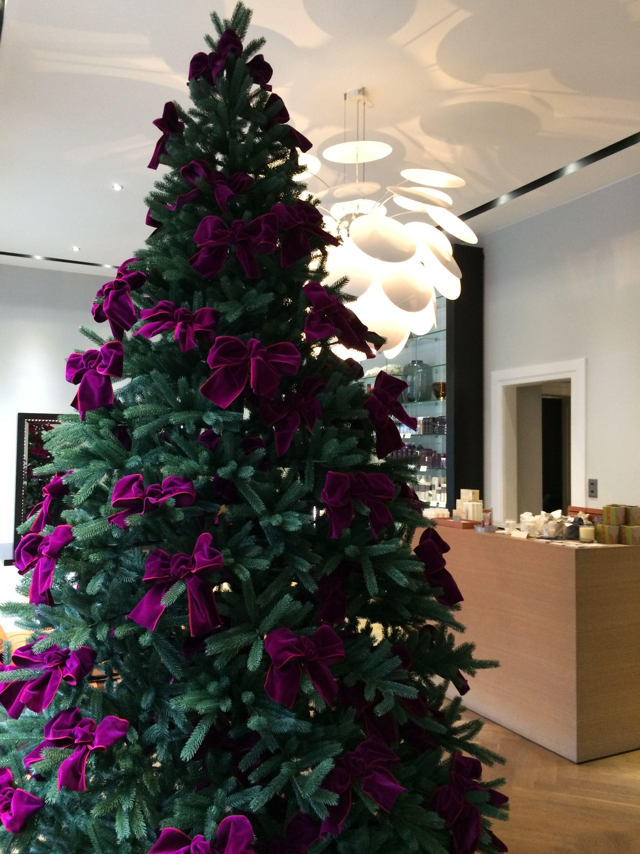 christbaum tannenbaum geschm ckt mit magnolien und samtband weihnachtsdekoration tannenbaum