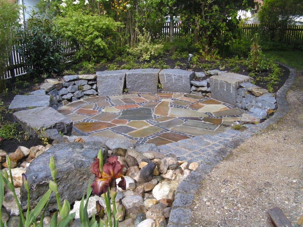 Im Garten: Sitzplatz mit Quellstein | Garten | Pinterest ...
