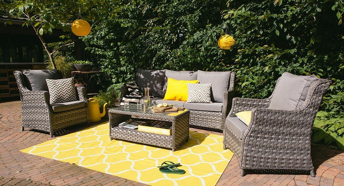 Lounge Set Tuin : Een mooie tuinset lounge set afgemaakt met gele tuinaccessoires