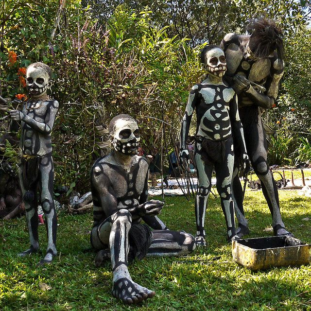 Chimbu tribe and the skeleton body painting by Rita Willaert, via Flickr