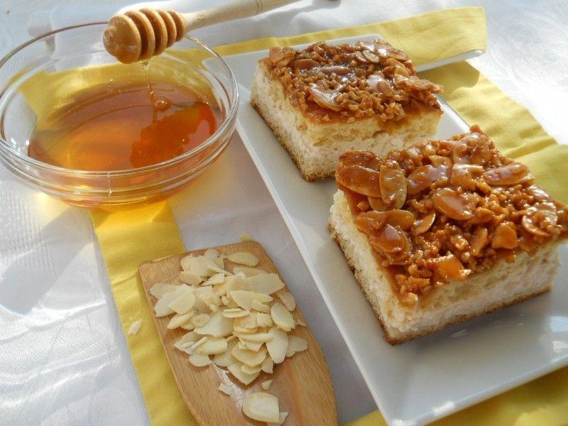 Cubulete cu crema de branza, miere si migdale caramelizate
