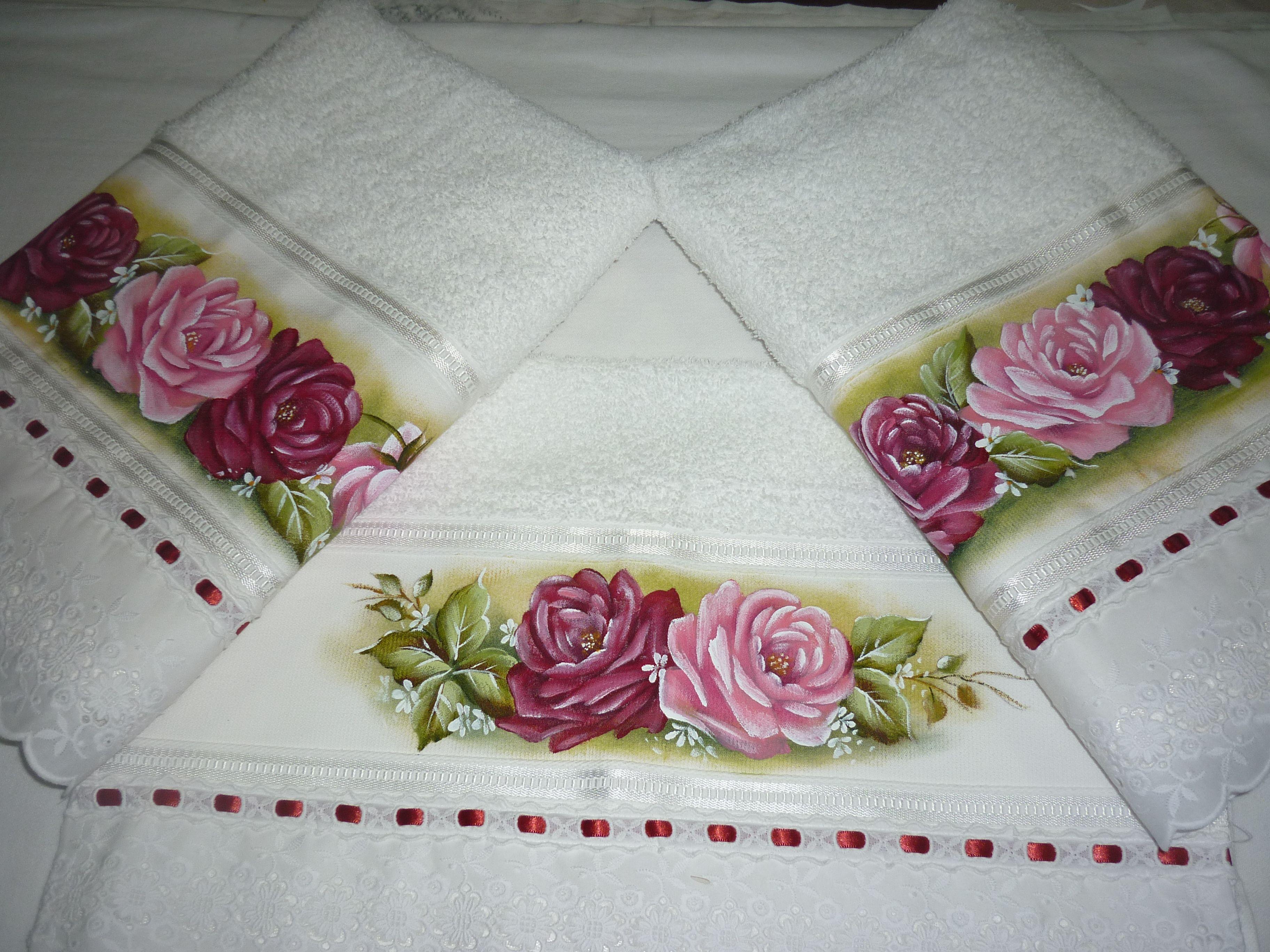 Jogo de toalhas brancas com pintura de rosas