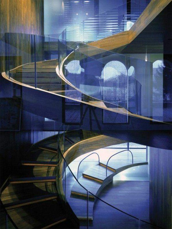 kurvenreiche spiraltreppe mit glaswand gestalten