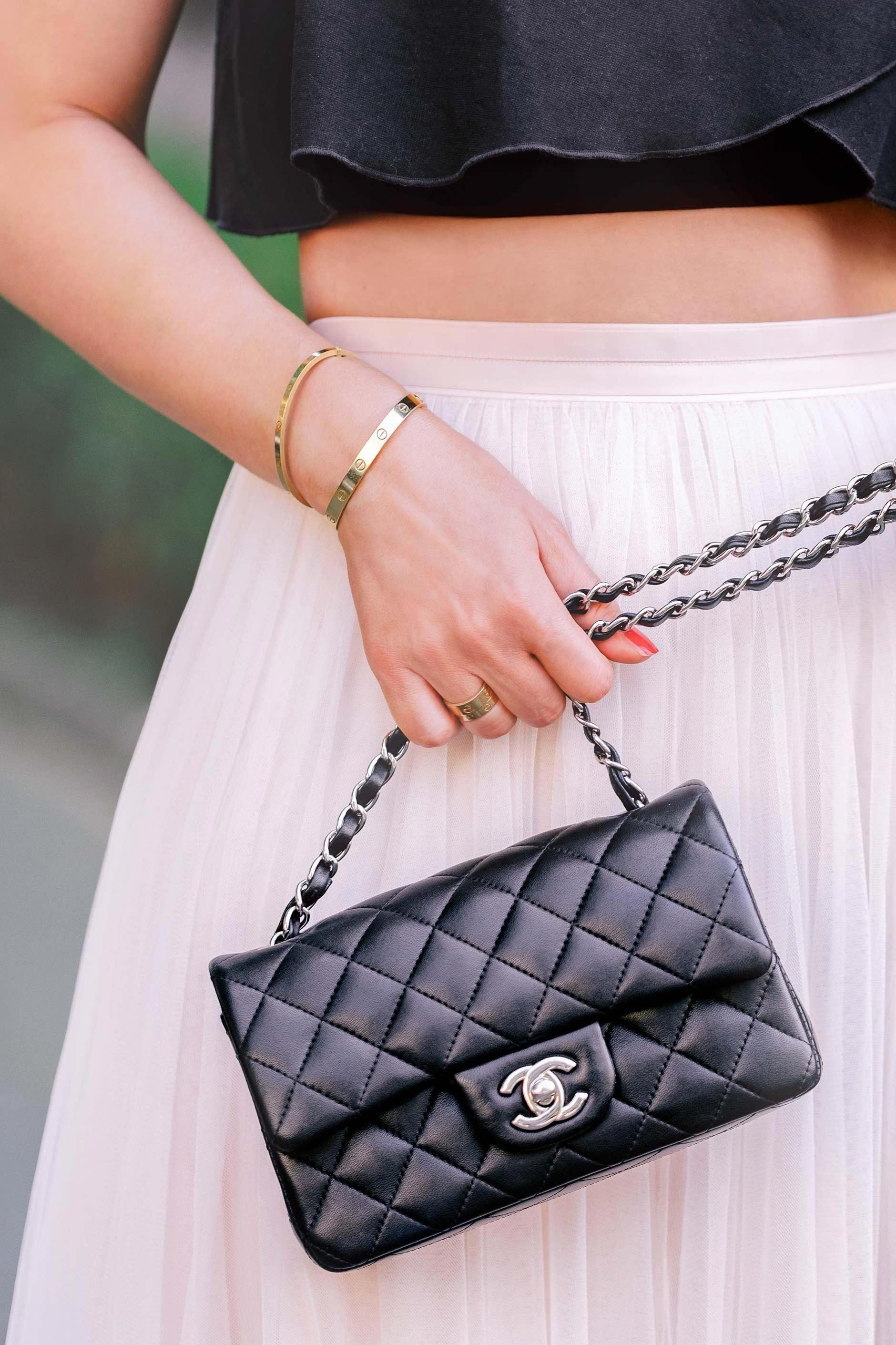 13321c0c70bcd Schwarze Chanel Classic Tasche in Mini-Größe kombiniert mit einem pinken  Tutu-Rock und Cartier Love Schmuck  Chanelhandbags
