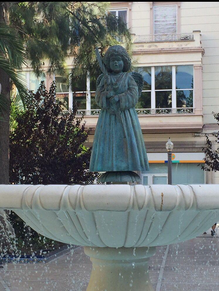 """El ángel y la palma situada en la Glorieta Esta escultura está hecha sobre un diseño de Antonia Soler de la Serie """" Los ángeles de la Festa"""""""