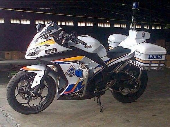 Parade Of 560 Police Styled 13 Ninja 250s In Malaysia