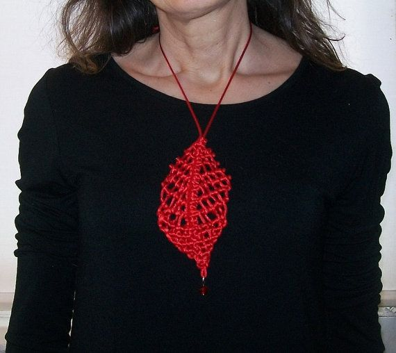 Red leaf-shaped macrame necklace necklace macrame red by Fee2mains
