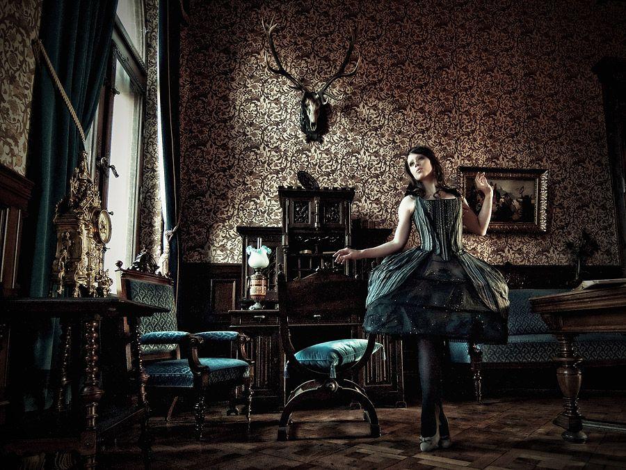 Photographer, retouch: *Zum Schießen Fotografie* Model, make-up, styling: Costume design: Royal Black (Austria)