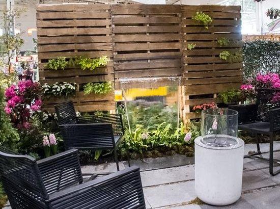 Holz Europaletten Als Gartenwand, Eingebauter Brunnen Mit Pflanzen