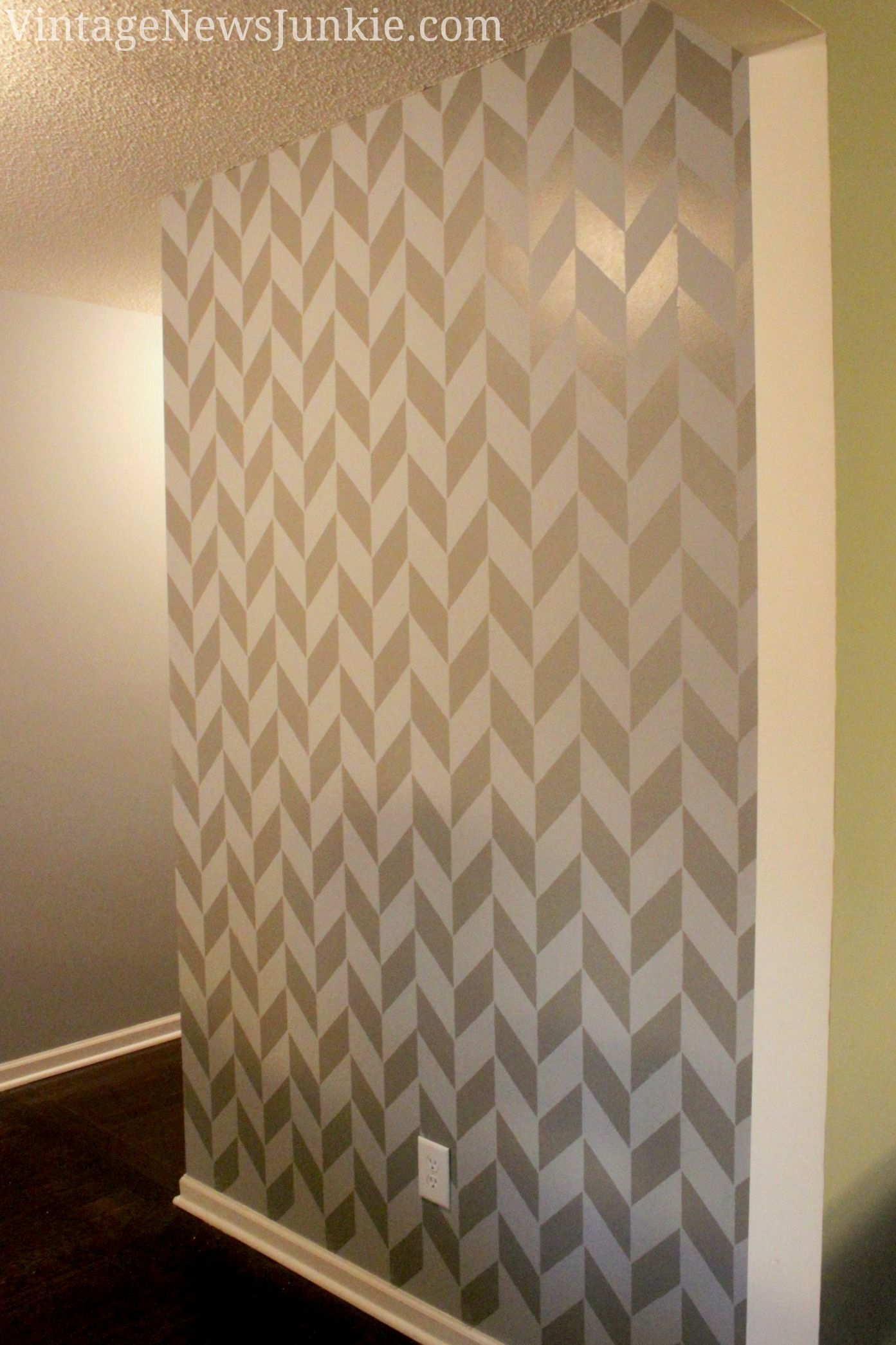 How to Paint a Wall using a Stencil {Herringbone Pattern} | Desenler