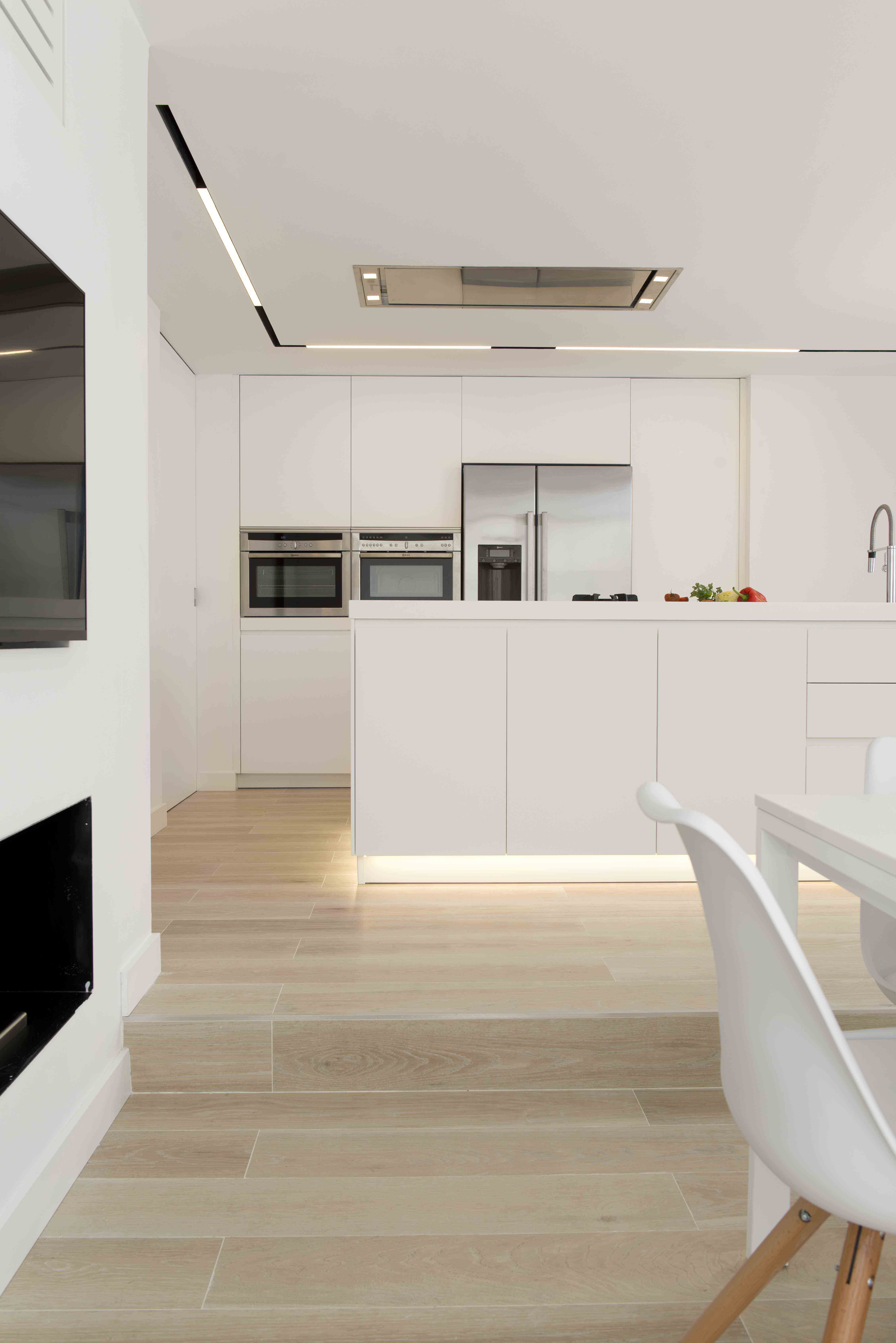 Cocina Blanca Con Isla Una Moderna Cocina Blanca Con Suelo De