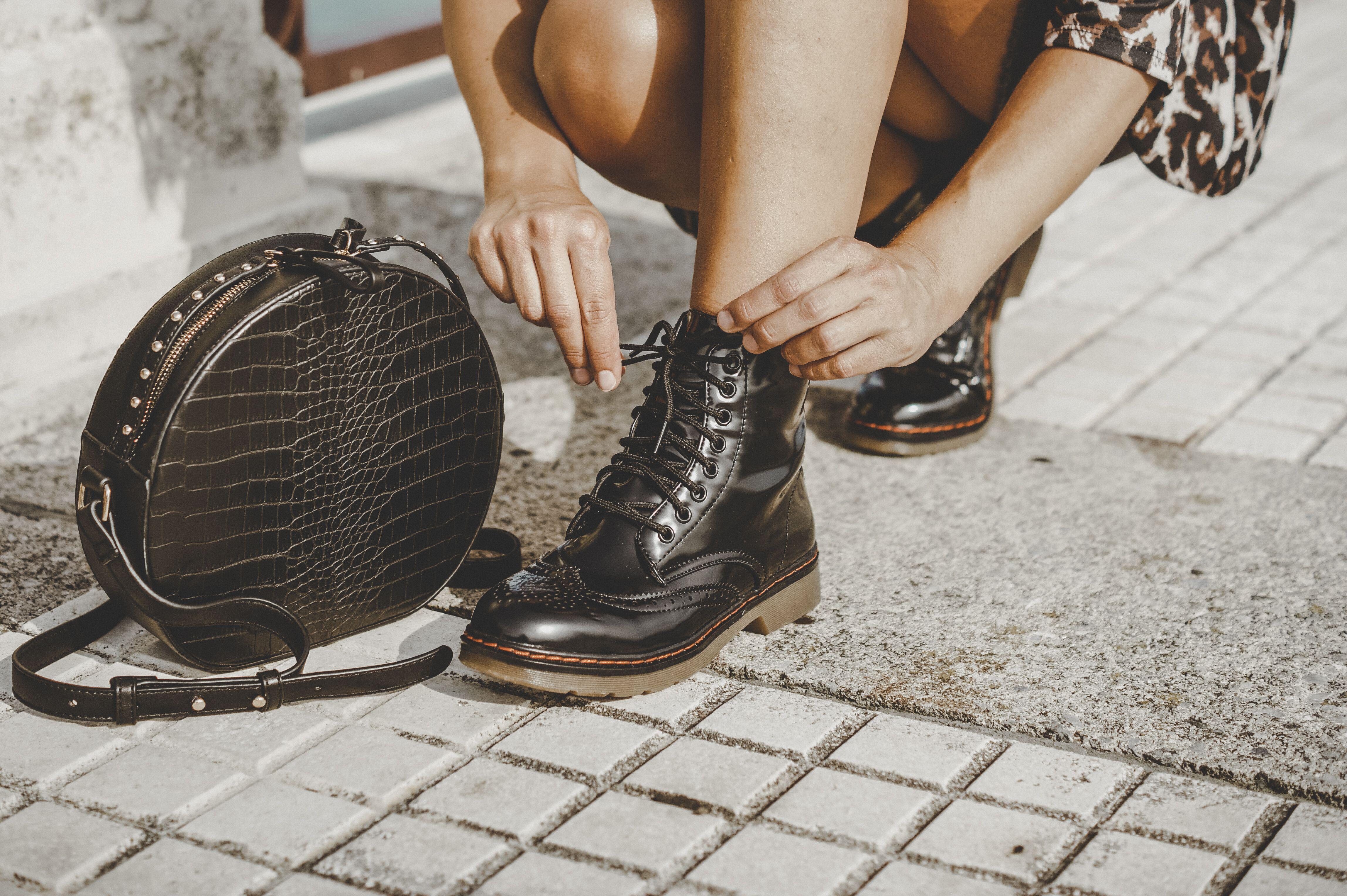 97a80ba0907 Look con botas militares negras de charol con cordones y suela de goma.  Combina tus