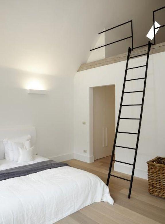 slaapkamer met vide, maar dan open versie en slaapvide op een soort ...