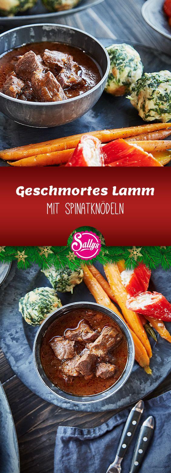 Dieses Weihnachtsmenü lässt sich ideal vorbereiten für das perfekte Weihnachtsessen. Das Lamm wird im Ofen geschmort und wird so butterzart. Die Spinatknödel können als Knödel rund, oder als Serviettenknödel zubereitet werden. Die Honigmöhren und die gefüllte Spitzpaprika sorgen für das perfekte Geschmacks- und Farberlebnis.  #sallyswelt #weihnachten #sallys #christmas #sally #weihnachtsmenü #xmas #lamm #knödel #schmorrgericht