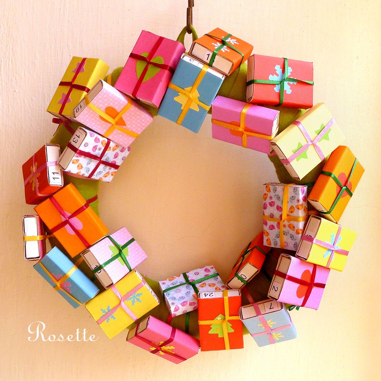 ... a až balíčky rozbalím... - adv. kalendář ... budou vánoce! Adventní kalendář jako dekorační věnec, který je potažený zeleným filcem a zdobený 24 balíčky s čísly. Balíčky - krabičky od zápalek - jsou polepené barevným papírem, ozdobené, opatřené čísly z obou stran pro snazší hledání a upevněné barevnými stužkami. Každý den se odebere jeden balíček a ...