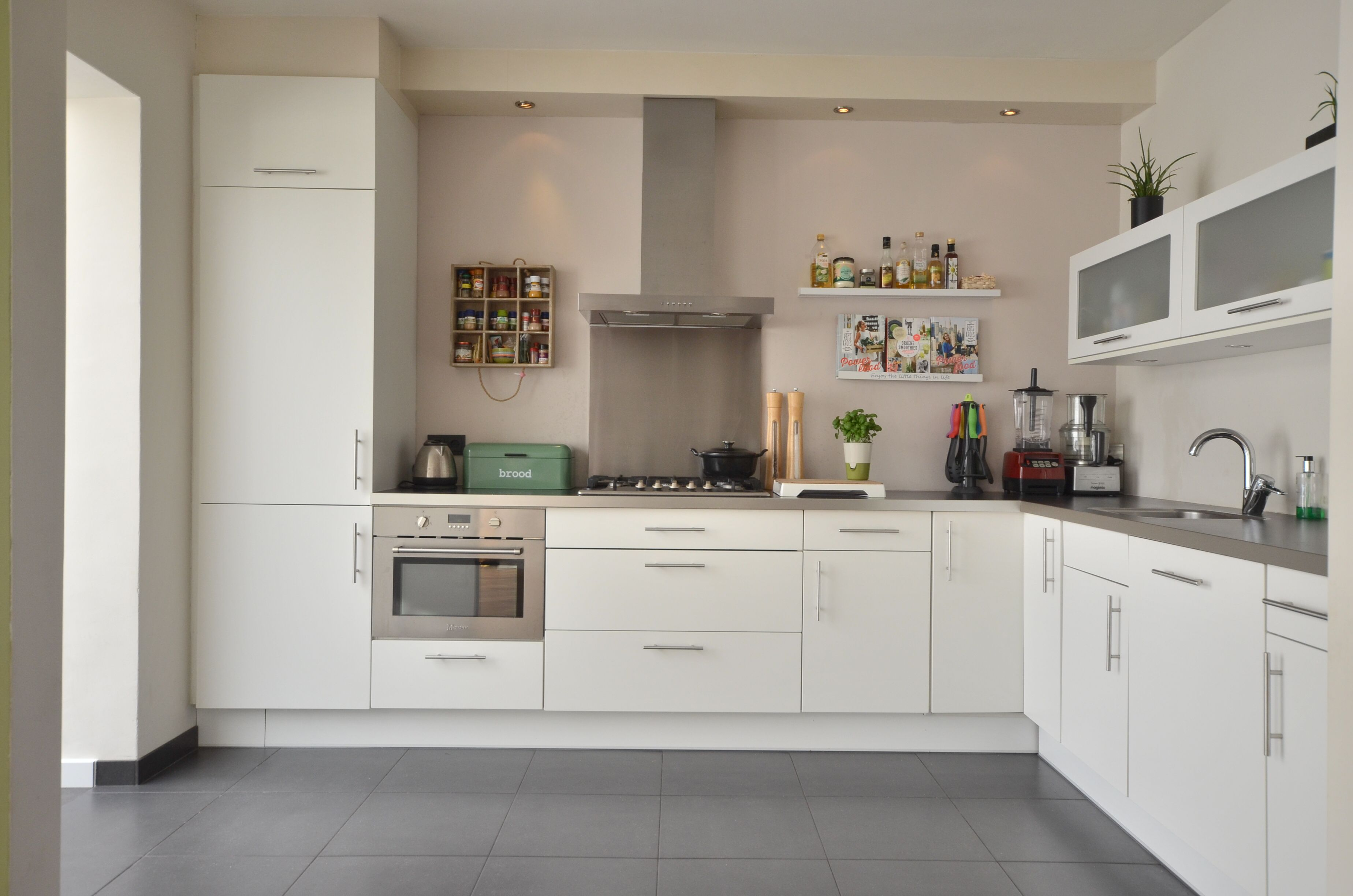 Inspiratie Aankleding Keuken : Strakke keuken met vintage aankleding keukens