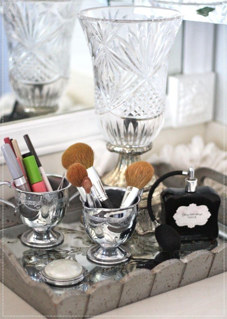 Beleza na bandeja, bandeja para guardar cosméticos, cosméticos na bandeja, organizador de cosméticos, como guardar seus cosméticos, cosméticos na decoração, maquiagem na decoração, maquiagem na bandeja, decoração de penteadeira