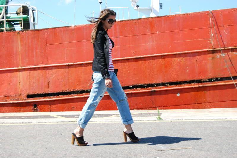 """A Mariana nos escreveu dizendo que comprou um par de clogs mas queria sugestões de como usá-las. Reuni aqui então algumas fotos de celebrities e street style em produções com os polêmicos sapatinhos, afinal de contas, com clogs é """"ame ou odeie""""."""