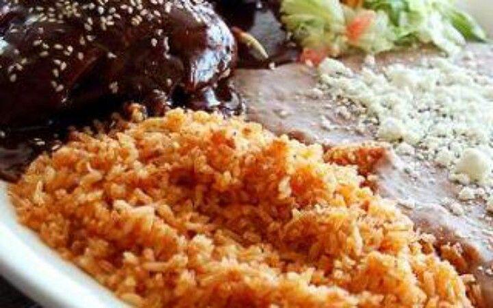 Mole de pollo y arroz con frijoles