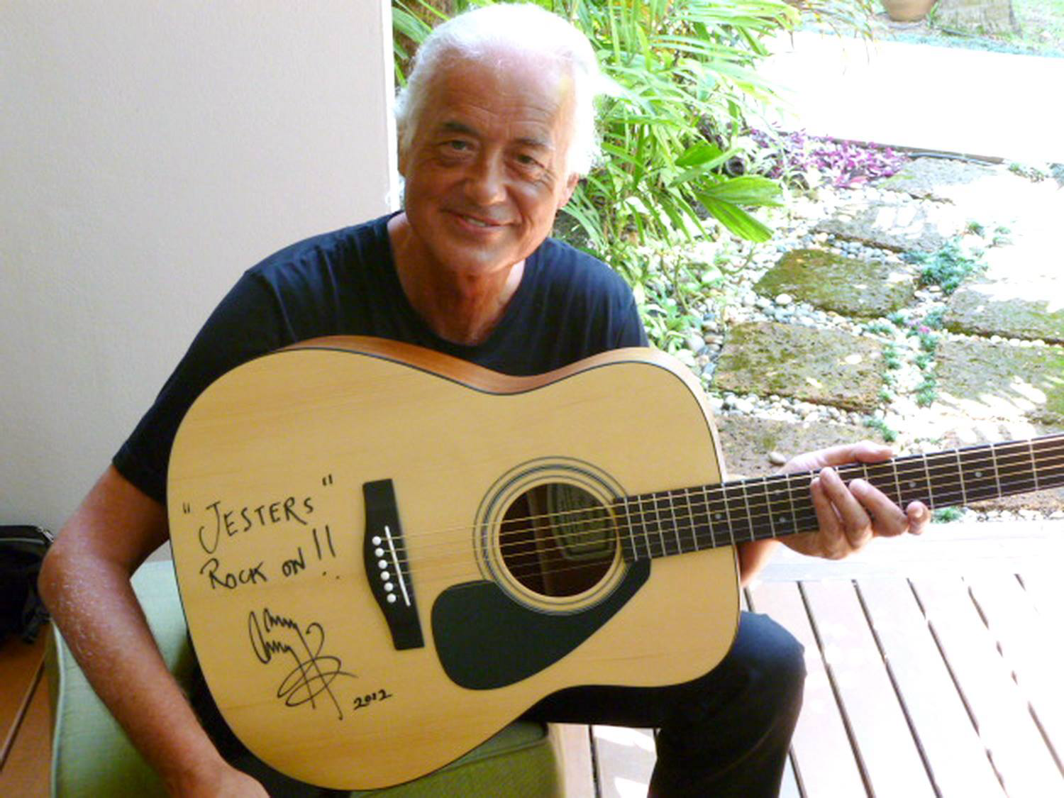 Jimmy Page Has Signed A Yamaha Acoustic Guitar For Auction In Aid Of The Jesters Care For Kids Charity Best Guitar Players Yamaha Guitar Guitar
