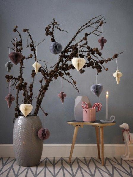 Lärchenzweige Eignen Sich Besonders In Der Winterzeit Toll Zum Dekorieren.  Wir Schmücken Sie Mit Wunderschönen Lampions Aus Papier.