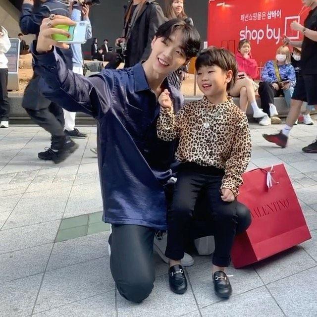 "YURI PARK (@park_yury) บน Instagram: ""형이랑 같이 사진 찍자! 😍🔮"""