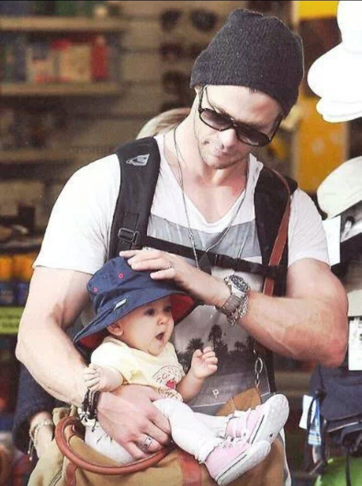An adorable Dad and baby! | Chris hemsworth thor, Chris ...