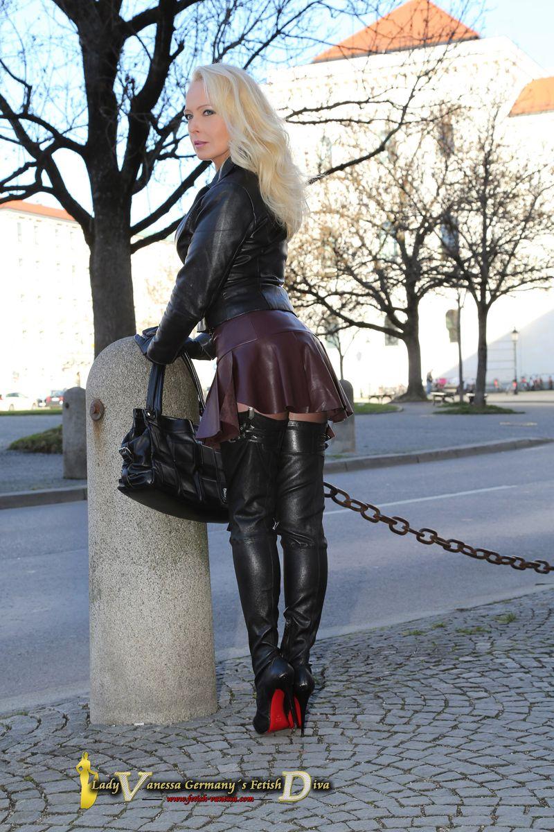 Lady Vanessa voll in Leder mit Overknees auf der ...