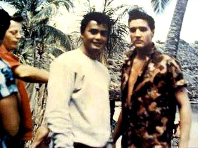 Elvis with a fans on the Blue Hawaii set in april 1961.