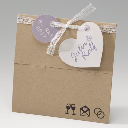 Einladungskarte, Klappkarte in Kartonoptik, mit weißem Spitzenband und Herzanhänger, Innen befindet sich Konfetti und eine Einlegekarte in 'weiß' und 'flieder'.