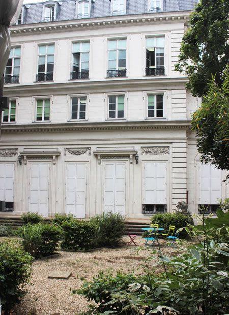 Hôtel de Goys (1776) 60, rue du Faubourg-Poissonnière Paris 75010. Architecte : Jean-Charles Delafosse. Façade sur jardin.